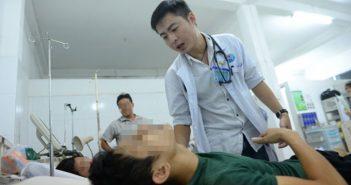 Bác sĩ Minh điều trị cho bệnh nhân tại khoa cấp cứu Bệnh viện Q.Gò Vấp - Ảnh: Hữu Khoa