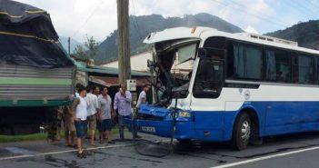 Chiếc xe khách bị nát phần đầu sau khi đã dừng lại an toàn